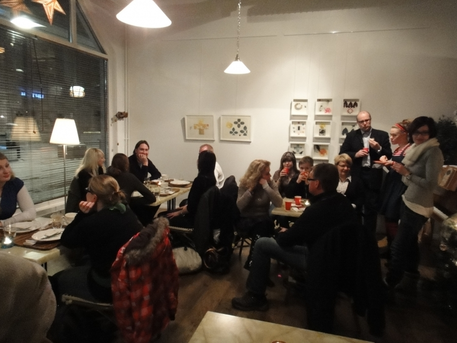 Cafe Feeniksi oli viimeistä paikkaan myöten täynnä useammankin kerran parituntisen aikana. Hyvä joulumieli tästä tuli.