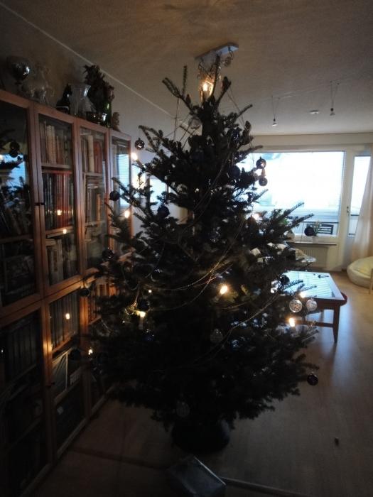 Jouluaaton tunnelmia Lopelta... Mökkiretkeä, joulukirkkoa, Punanuttua, hautausmaalla vierailua ja yökirkkoa Timotein kanssa. Ihana perinteinen joulu. Parasta.