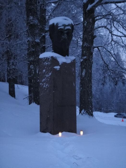 Kirkonmäen juurella senaattori Yrjö Sakari Yrjö-Koskisen patsas. Patsaalle tavan mukaan myös joulukynttilämme.