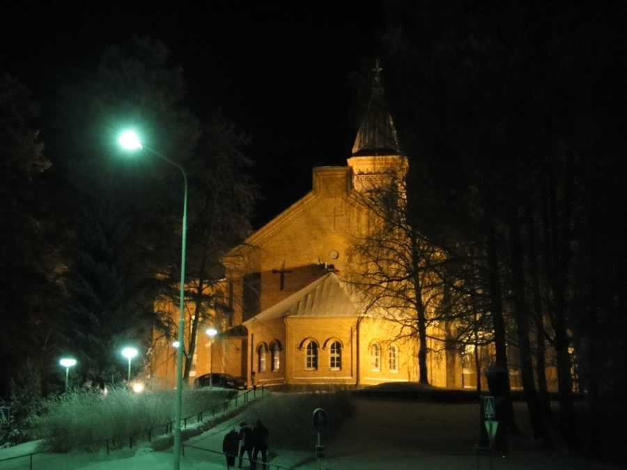 Jouluruuan ja illan jälkeen puoliltaöin takaisin kirkkoon ja Timotein jouluyön lauluhartauteen.