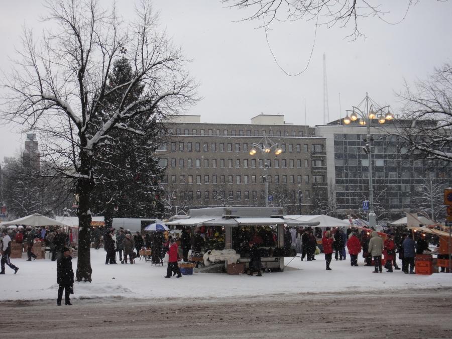 Lahden torin tunnelmaa tammikuun Kuukausimarkkinoilta. Väkeä riitti vaikka ei aivan niin vilkas päivä ollutkaan kuin eilen Hämeenlinnassa.