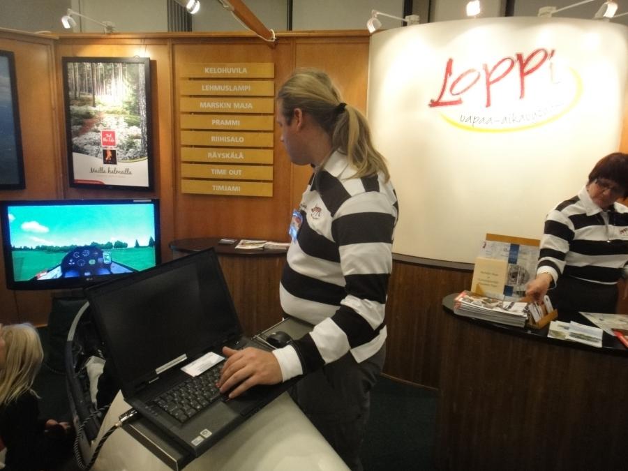 Ja tällä kertaa uutuutena oli Lopen Räyskälän lentokentän simulaattori. Väkeä lentämään riitti jonoksi asti.