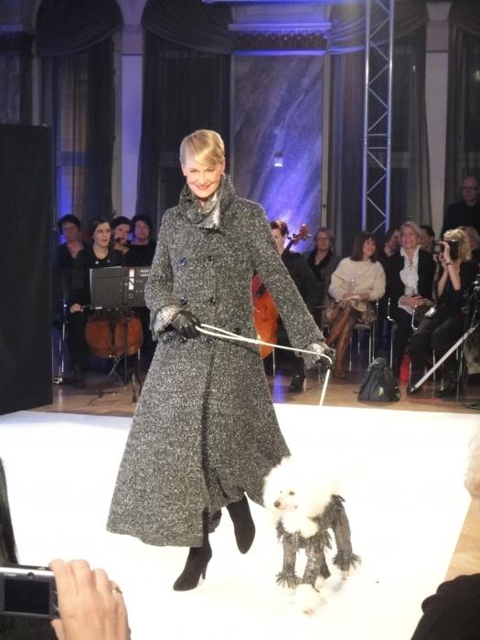 Kollegani Leena Harkimo oli yksi illan upeista malleista. Ja kuvassa muuten myös uutta koirille suunniteltua Jukka R mallistoa.