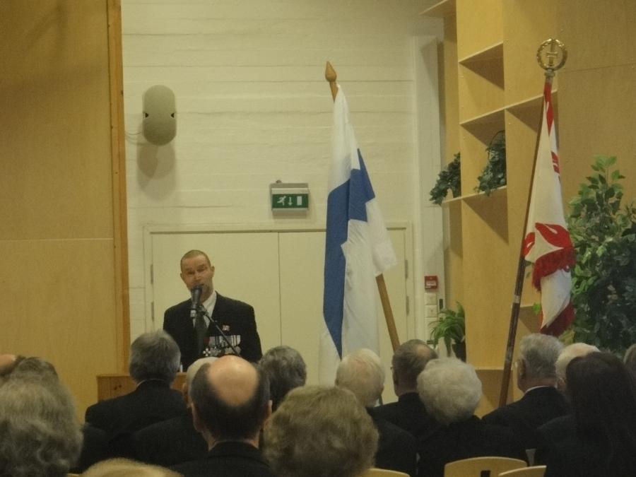 Lopen Sotainvalien 70-vuotisjuhla oli tämän päivän ehdoton kohokohta. Antti Koskimäki kertomassa järjestön menestyksekkäästä ja pitkästä historiasta ja alla sitten yhdistyksen puheenjohtaja Pekka Sahari vastaanottamassa onnitteluja.