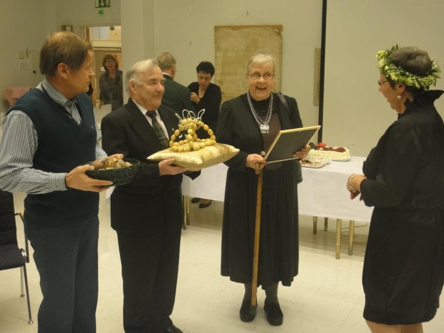 Ystäväni, Lopen Kulttuuri- ja vapaa-aikapäällikkö Tuula Pirinen täytti tänään 50 vuotta ja hänelle järjestettiin upeat kulttuurin ja loppilaisen osaamisen yllätysjuhlat. Ja tottakai Lopen Perunakruunu :)