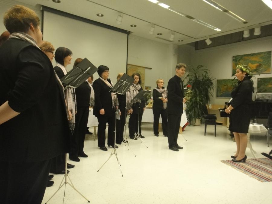 Ja esiintymässä kaikki loppilaiset kuorot ja orkesterit. Tässä onnittelunsa tuovat Satumaa Singersin laulajat.