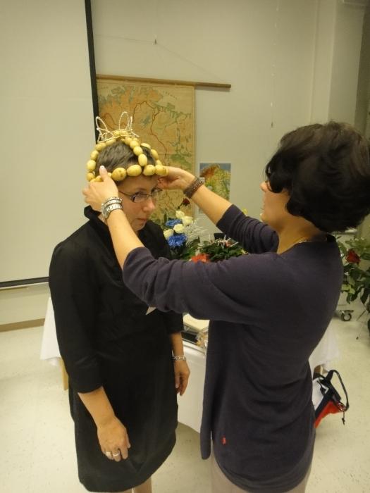 Kunnanjohtajamme Karoliina Viitanen kruunaa Tuulan Lopen Perunakruunulla.