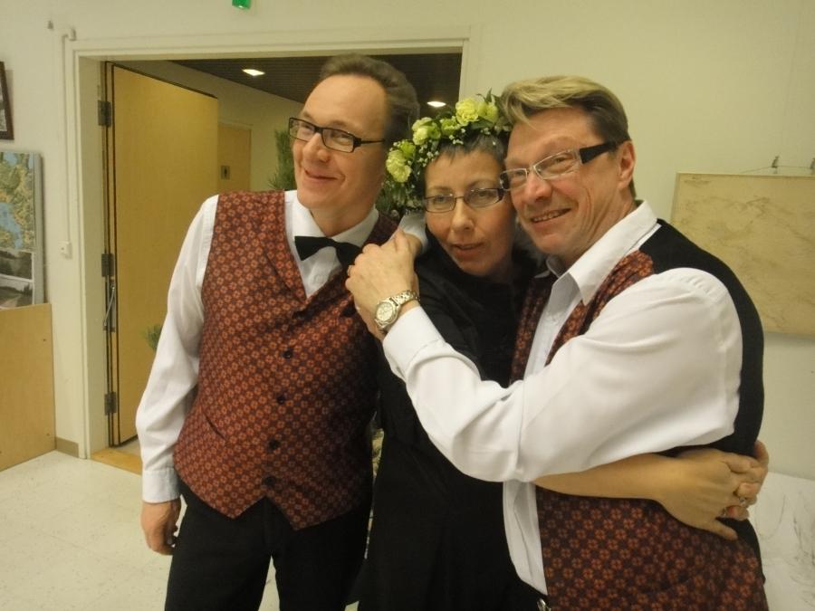 Ja maan mainiot Majan Herrat Teuvo ja Heikki. Herkut olivat viimeisen päälle Tuulan siskojen ja Ellan avustuksella.