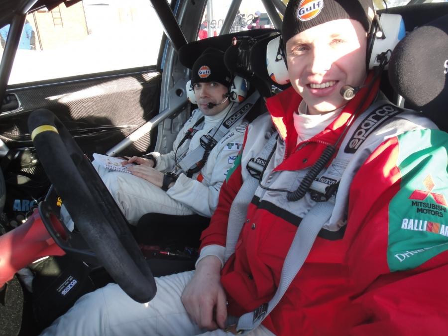 Juha Salo ja Marko Salminen valmiina päivän koitokseen. Arctic Lapland Rallyn jälkeen SM-sarjan kärjessä ja näin aura-auton paikka SM-Vaakuna Ralliin.