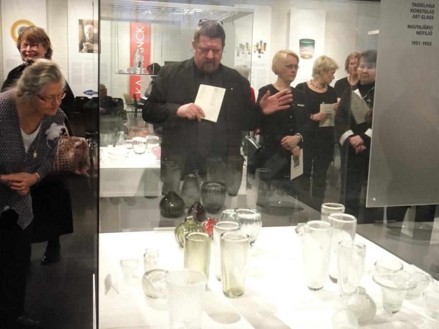 Suomen Lasimuseon johtaja Heikki Matiskainen oli iltamme isäntänä ja johdatteli meitä asiantuntevasti lasin ja musiikin maailmaan.