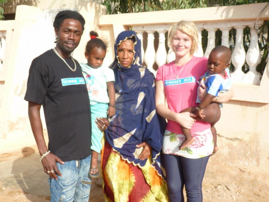 Heinonen 2011 -paitoja maailmalla. Kiitos Monalle ja Annille sekä Musalle kivoista kuvista. Paidat siis jo Afrikassakin matkalla :)