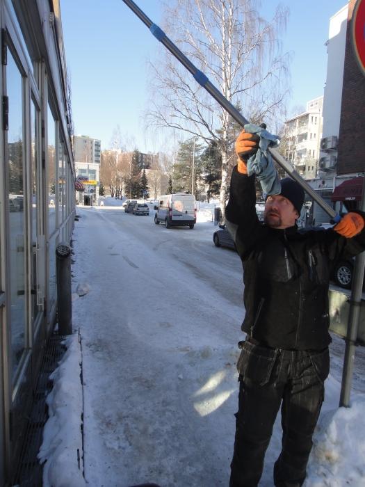 Lopen Yrittäjien puheenjohtaja Jarmo Laukkanen pesemässä pian avattavan Timo´s Coffeen ikkunoita Riihimäellä. Tänään muuten Jukka Rintalan Kuppinainen kahvimukitkin perille eli kohta kaikki valmista.