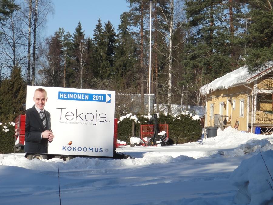 Kujansuun Tuomon ja Kallelan Sannan talon pihamaa.