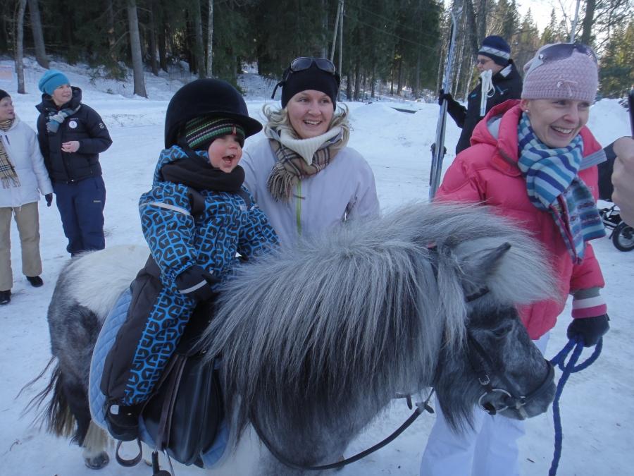 Elina Salonen ja Aatos Salonen ja Karkki-poni. Tämä oli kanssa hauska hetki.