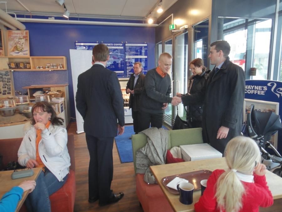 Ja sitten Kokoomus Kuuntelee -kiertue ympäristövaliokuntaryhmämme kanssa. Tässä ensin Tikkurilan Wayne´s Coffeessa...