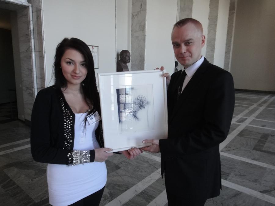Hämeenlinnalainen Daria Zolotova kävi tänään hakemassa palkintotaulunsa eduskunnasta.