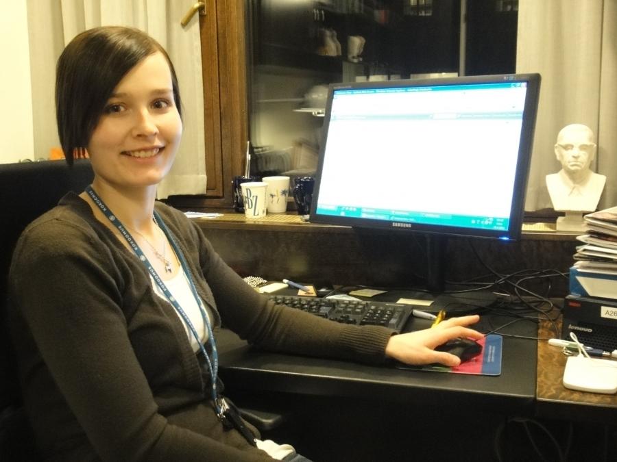 Ja upea avustajani Tiina Seppälä iltamyöhään työhuoneessaan. Paras avustaja. Ja upea ihminen.