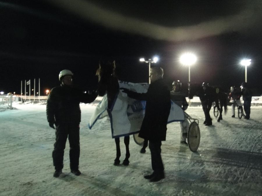 Ja mikä upeinta tärkeän lähdön voitto Riihimäelle Pekila-tallin Enmyylle. Oli upea saada loimittaa tämä hevonen. Mestariainesta.