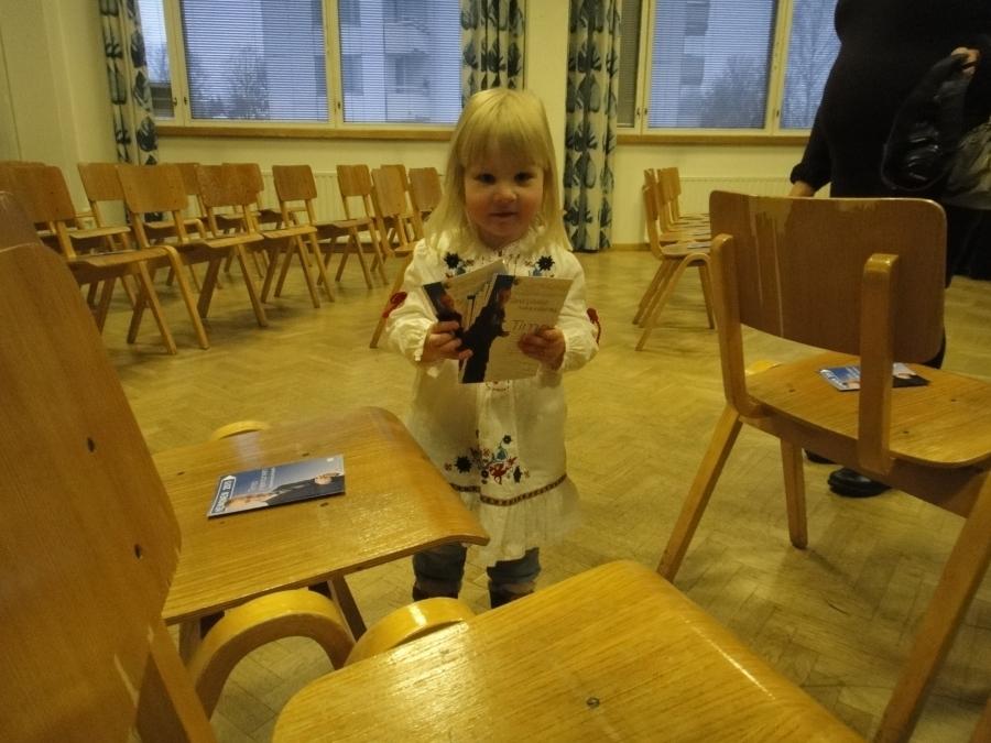 Ihana pikkuapulainen tänään Riihimäen Vaali-iltamissa. Lupasin, että aikanaan olen auttamassa sitten häntä jos joskus ehdolla on :) Niin kuin Iiro Viinanen auttaa nyt minua. Itsehän aikanaan 7-vuotiaana luukutin Iiron mainoksia.