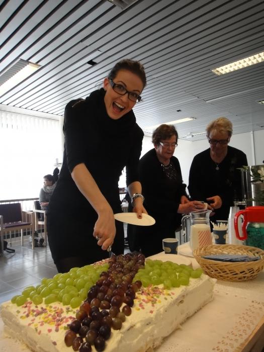 Asuntoministeri Jan Vapaavuoren avustaja Katriina Kerttula sai kunnian avata Padasjoen Kahvila Korvan ja sen jättisuuden täytekakun.