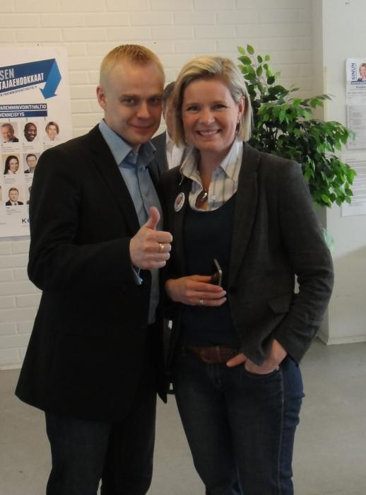Sitten Hämeenlinnan kaupunginosa kiertueen jälkeen Hämeenlinnan Korvakahvilalle. Raution Sarin kanssa kahvilassa ja väkeäkin juttukaverina.