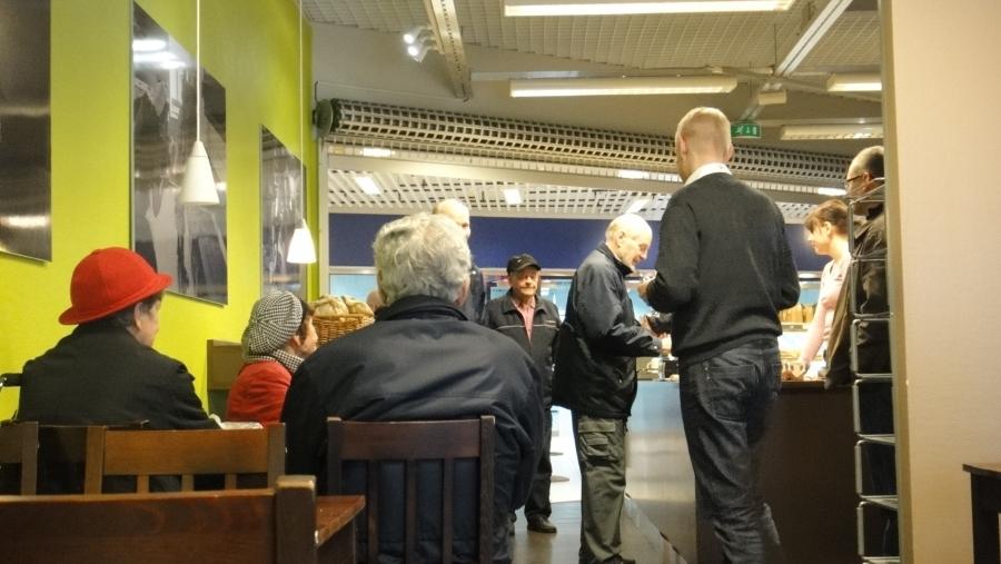 Aamupäivällä Pikku Antissa ennätysmäärä kahvivieraita. Viidenkymmenen kahvikupin ja pasteijan raja rikkoutui hetkessä ja lisää herkkuja kannettiin pöytää. Onnistuneet Vorssan Päiväkahvit! Teemme taas.