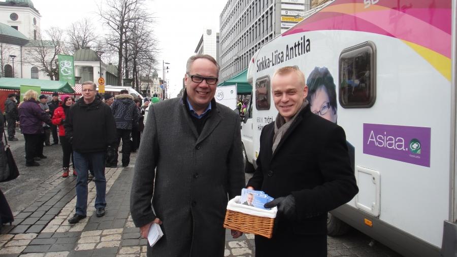 Hämeenlinnan Kuukausimarkkinoilla oli kivasti väkeä. Kampanjoimassa kollegani Ilkka Viljasen kanssa.