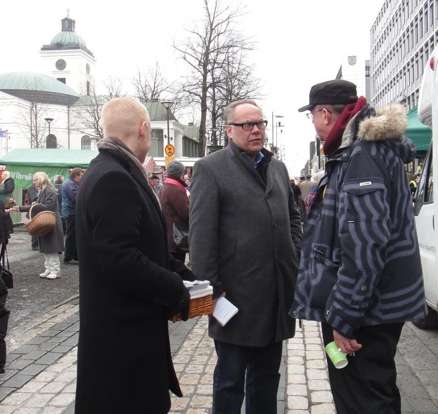 Ministeri Juha Rehula, Ilkka Viljanen ja minä aamulla Hämeenlinnan torilla.