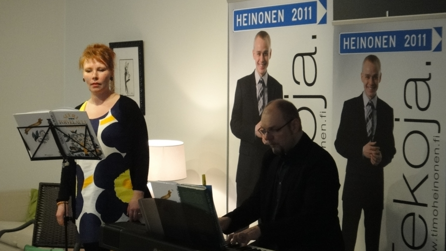 Ja sitten Riihimäen Runon ja Ruusun illan kuva-antia. Esiintymässä tässä Leila Tschokkinen-Passoja ja Petri Lindberg ja muina esiintyjinä lausujataiteilija Anja Jaakkola ja taidemaalari Mikael Vesper.