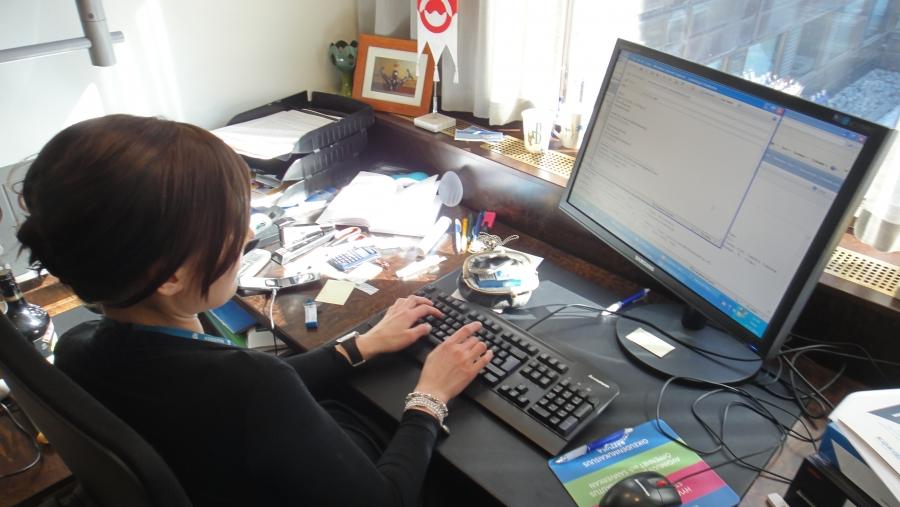 Ja eduskunta-avustajani Tiina Seppälä työntouhussa. Tällä erää sitten varmaan viimeistä päivää eduskunnassa. Ollut aivan upea avustaja ja josko saisin vielä houkuteltua vaikka jatkamaankin syksyllä. Katsotaan.