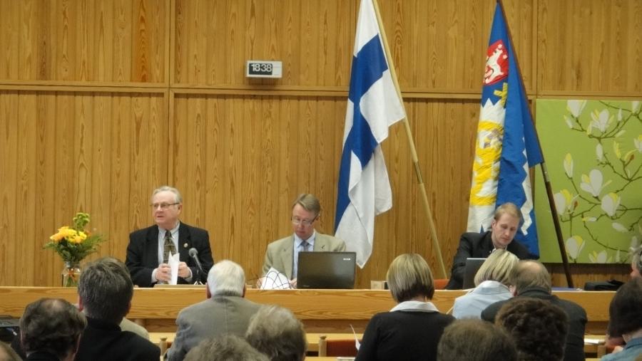 Ja sitten ilta Heinolassa Heinola-talossa Hämeen Kokoomuksen kevätkokouksessa. Puhetta johtamassa Timo Ihamäki ja rinnallaan Mika Airinen ja Pasi Nykänen.