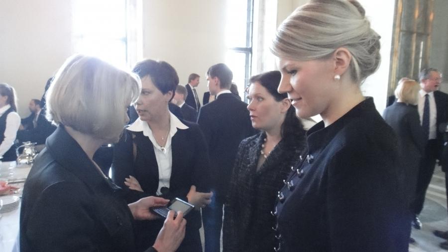 Ja vahvoja kokoomuksen naisia valtiosalissa. Oikealta Sofia Vikman, Outi Mäkelä, Anne-Mari Virolainen ja Lenita Toivakka.