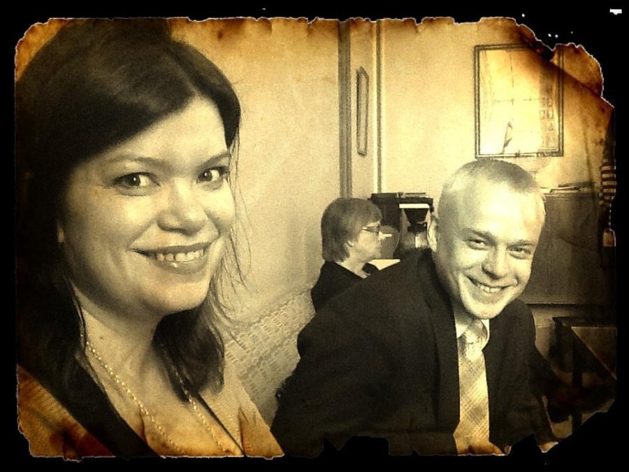 Kollegani Lasse Männistön ottama ja muokkaama kuva tämän päivän ryhmäkokouksessa. Kuvassa kanssani Laura Rissanen ja aiheena sivistyspolitiikka. Luonnollisesti.