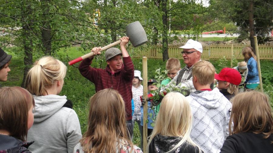 Viherringin Kansallisen Puutarhapäivän omenapuiden istutus Riihimäen Lasitehtaan koululla. Mestarina itse puutarhuri Lauri Sydänmaa.