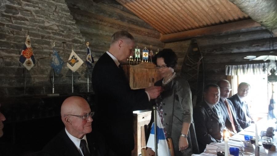 Lopen kunnanjohtaja Karoliina Viitanen saa ensikertalaisena tänään Marsalkka Mannerheimin Metsästysmajan rintamerkin puheenjohtaja Sami Sihvolta Kevätlounaalla 3.5.2010.