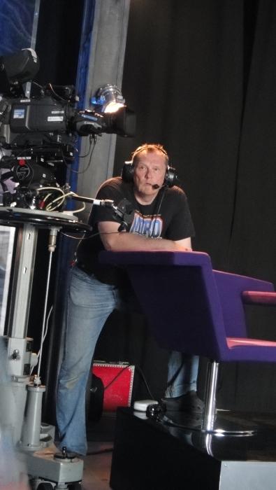 Ystäväni Jorma Honka oli yksi Stagen kuvaajista. Jorman kanssa olen tehnyt elämäni aikana varmaankin satoja erilaisia tv-juttuja ja keikkoja ja viimeksi väänsimme yhdessä paljon kehuja saaneet tv-mainokseni eduskuntavaaleihin. Jorman firma siis VisualSports ja editoijana siellä Johanna Honka. Taitava tiimi.