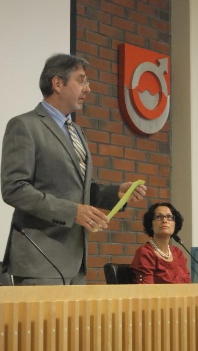Ja sitten valtuuston kokoukseen. Valtuuston puheenjohtaja Seppo Kuparinen avaa kokouksen ja vieressä vielä tässä vaiheessa määräaikainen kunnanjohtajamme Karoliina Viitanen.