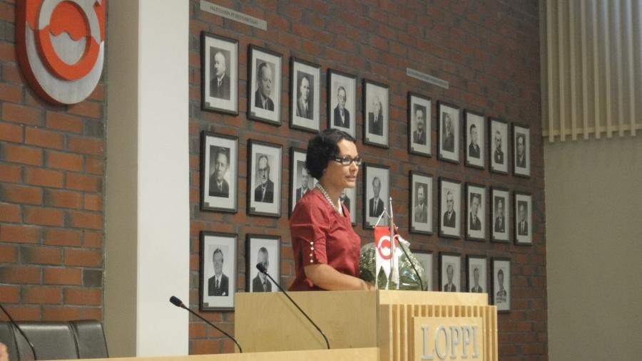 Karoliina Viitanen tuli valituksia Lopen kunnanjohtajaksi. Yksi parhaista päivistä valtuustourallani.
