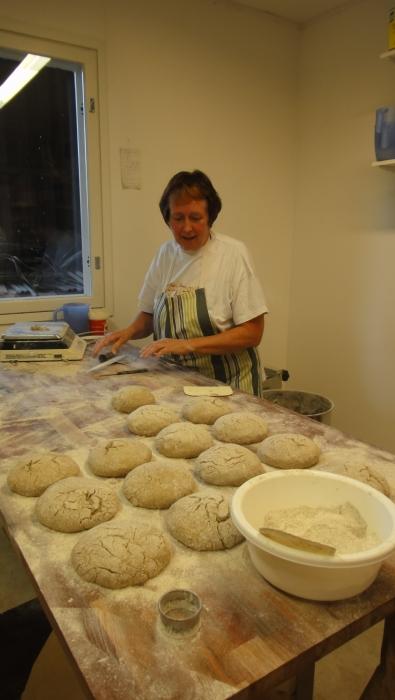 Ja tässä sitä syntyy Kaija Mikkolan käsissä erinomaista 100% Ruisleipää. Loppilaisesta rukiista.