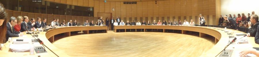 Ja näin se hallitussyntyi meidän osalta... Tässä käynnissä jo puoluehallituksen jälkeen eduskuntaryhmämme ylimääräinen kokous Pikkuparlamentin Suuren Valiokunnan huoneessa.