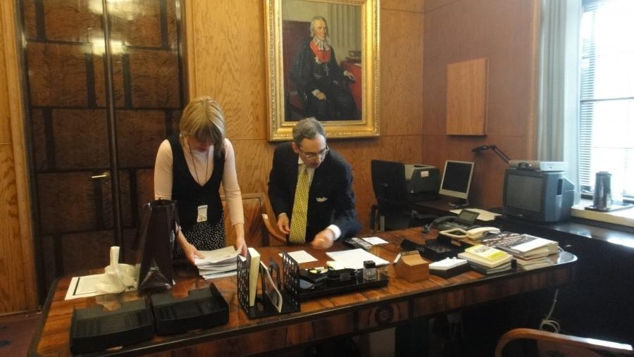 Zyskowicz tyhjentämässä työhuonettaan yhdessä avustajansa Suvi Kolehmaisen kanssa.