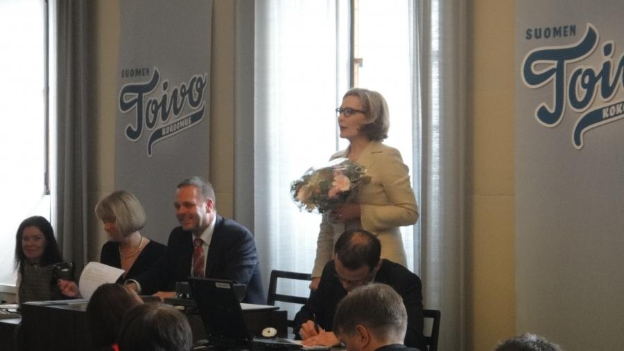 Tänään myös eduskuntaryhmämme onnitteli uusia ministereitä suurilla kukkakimpuilla. Kiitospuheen ministereiden puolesta piti Sosiaali- ja terveysministeri Paula Risikko.