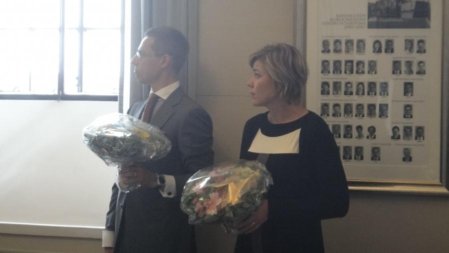 Eurooppaministeri Alexander Stubb ja Kuntaministeri Henna Virkkunen kuuntelemassa Paulan puhetta.