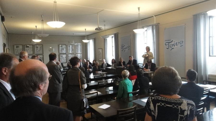 Suomen suurin eduskuntaryhmä ja sosiaali- ja terveysministeri Paula Risikko. Risikon hattuun kuuluu sulka mm. nyt valmistelussa olevasta vanhuspalvelulaista. Lex Risikko.