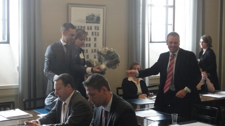 Ryhmämme puheenjohtaja Jan Vapaavuori onnittelee Henna ja Alexia. Edessä Ilkka Kanerva ja Sinuhe Wallinheimo.