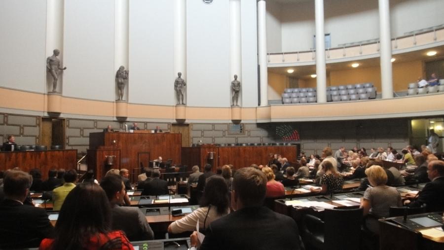 Tässä sitten viimeinen äänestys ja eduskunta istuntotauolle. Tällä viikolla hallitusohjelma sai vankan tuen eduskunnassa niin oikealta kuin vasemmaltakin ja myös keskeltä. Ja tässä äänestyksessä lisäsimme 28 miljoonaa euroa jo tälle kesälle nuorten työllistämiseen. Siitäkin äänestettiin.