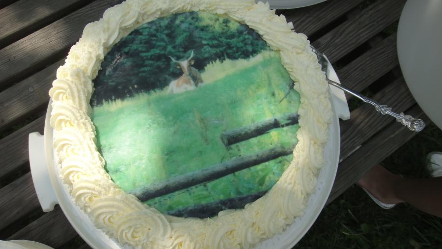 Ja upea täytekakku Myyn kuvalla kruunasi juhlat ja helteisen puutarhapäivän.