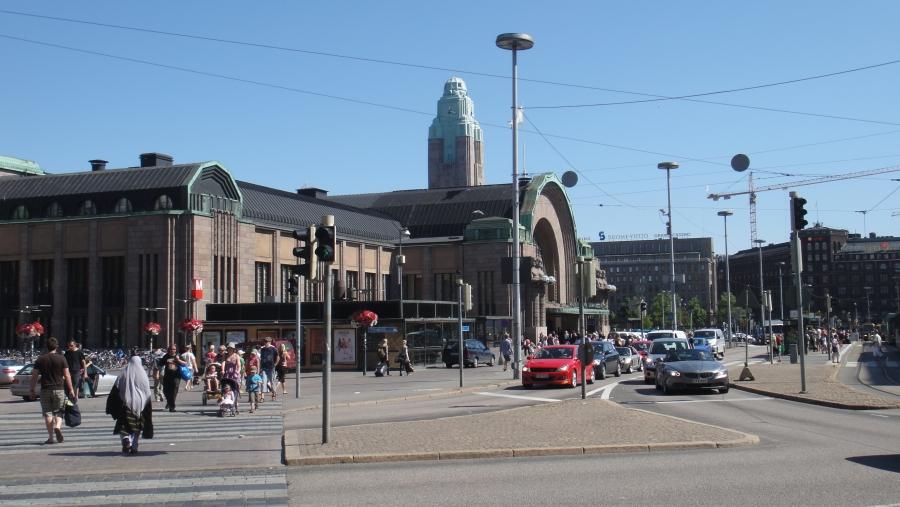 Ja sitten toiselta Helsinki-päivältä. Kohteenamme Linnanmäki, joka kyllä siisteydessään ja palveluissaan voitti ylivoimaisesti Korkeasaaren jonka ruokapaikat ja saniteetit olivat luvattoman huonossa kunnossa. Ihme ettei paikkoja pidetä siisteinä, kun myyntiäkin riittäisi. Tosin Korkeasaaressa moni tuotekin oli loppu.