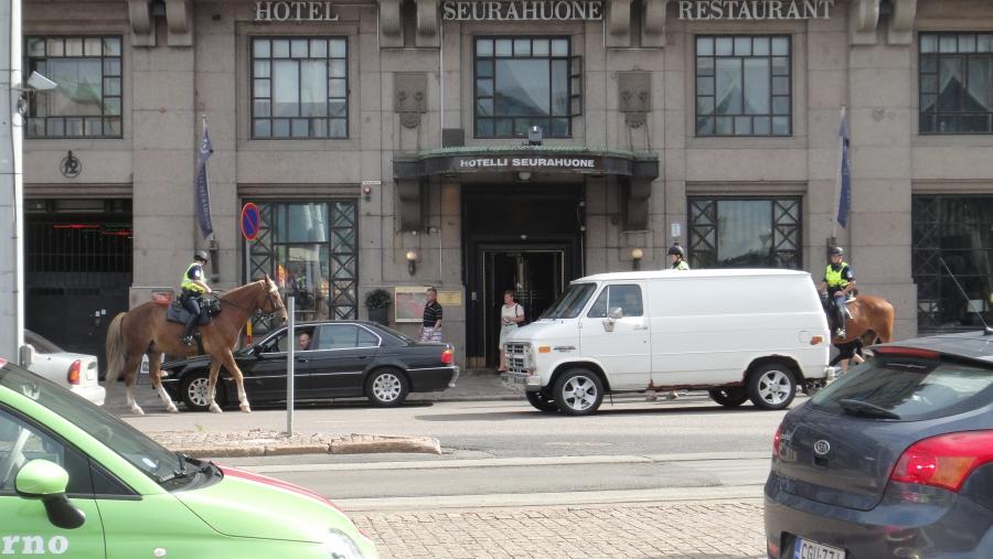 Näin hevosharrastajana oli upea seurata miten ratsupoliisit, todelliset hevosmiehet, pysäyttivät BMW:n Helsingin keskustassa. Pohkeenväistöllä voi siis tehdä vaikka mitä siis myös ahdistaa auton rotvallinreunaan.