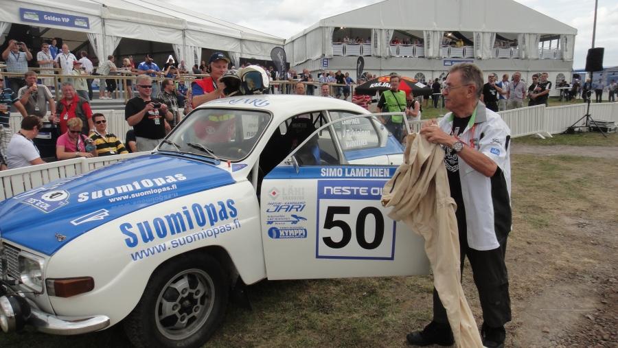 Ja legenda Simo R Lampinen ja Saab ja alkuperäiset haalarit ja kypärät. Simo veti muuten aivan huikeaa kyytiä Jokimaan EK:n tällä autolla rallin 50-vuotistaitelijajuhlansa kunniaksi.